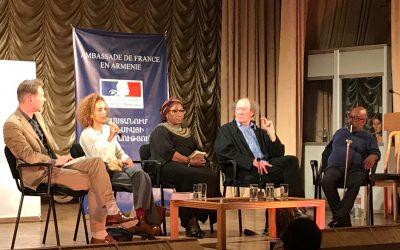 Gilles Kraemer anime la table ronde littéraire «Le français, langue d'amour, langue de combats» en présence de Leila Slimani